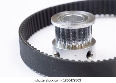Aluminiumscheibe mit Zahnriemen für CNC-Maschinen auf weißem Hintergrund.