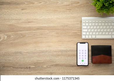 500 Call Number On Iphone On Wooden Table Pictures Royalty Free