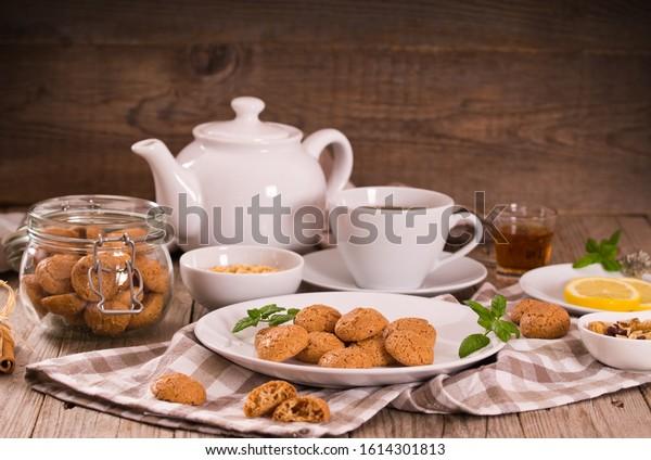amaretti-cookies-mint-on-white-600w-1614