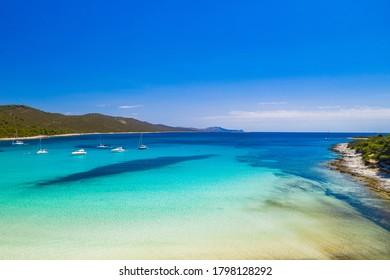 Wunderschöne Adriaküste in Kroatien. Azurblau türkisfarbene Lagune am Strand von Sakarun auf der Insel Dugi Otok, Yachten und Segelboote, die im blauen Meer verankert sind.