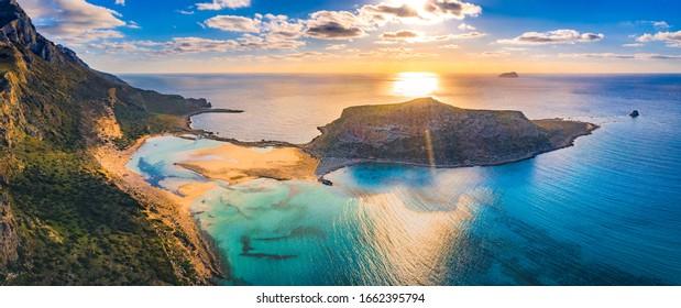ギリシャのクレートにある、純粋な白い砂とグラムーサ島の熱帯の海岸に、魔法の青緑色の水、ラグーンと共に、バロス・ラグーンの素晴らしい空撮風景