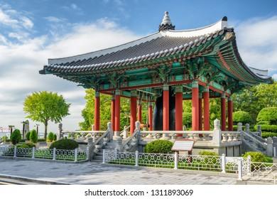 韓国・釜山の永道山公園にある伝統的な朝鮮建築の驚くべき鐘楼。釜山はアジアの人気の観光地です。