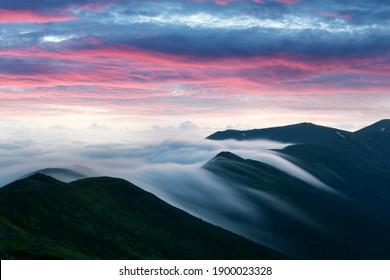 Erstaunlich fließender Nebel in den Frühlingsgebirgen verschwimmen von langer Exposition. Schöner Sonnenaufgang auf Hintergrund. Landschaftsfotografie