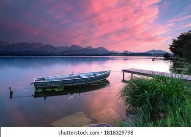 erstaunlicher Sonnenuntergang am Bergsee mit Boot