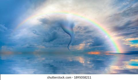 Erstaunlicher Tornado über dem Meer mit Regenbogen