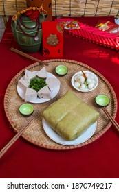 Cuisine vietnamienne étonnante pour les vacances au Tet au printemps, c'est une cuisine traditionnelle pour la nouvelle année lunaire : Poumon de banh, poulet bouilli, oignons marinés, rouleaux de printemps...