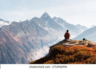 Ein fantastischer Ausblick auf die Berge des Monte Bianco mit touristischem Hintergrund. Vallon de Berard Naturschutzgebiet, Chamonix, Graian Alpen. Landschaftsfotografie