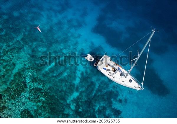 fantastische Aussicht auf Yacht, Schwimmerin und klares Wasserparadies