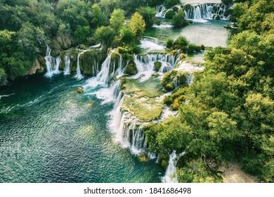 Erstaunliche Wasserfälle im Krka Nationalpark in Kroatien, wunderschöne Landschaft, Reiseattraktion, Sommertouristik Konzept