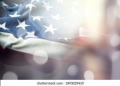Amerikanische Flagge für den Gedenktag, den 4. Juli oder den Arbeitstag, blauer Bokeh-Hintergrund