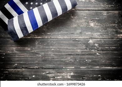 Eine amerikanische Polizei-Fahne dünne blaue Linie auf hölzernem rustikalem Hintergrund.