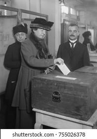 Mulheres americanas vota, ca. 1920. A eleição de 1920 foi a primeira vez que todas as cidadãs americanas com mais de 21 anos puderam votar em um presidente dos EUA.
