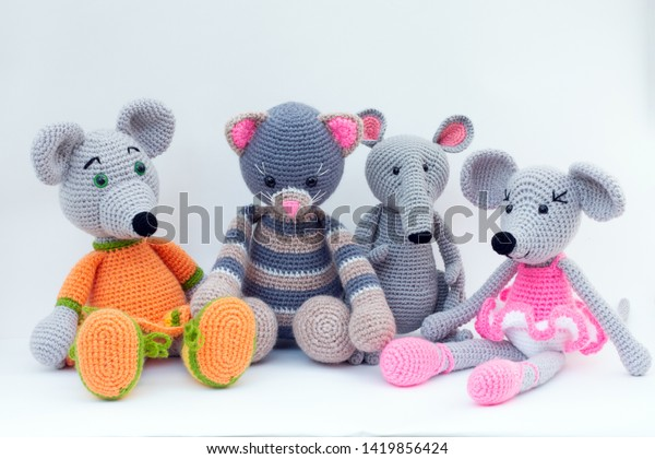 How to crochet an easy amigurumi mouse - a free crochet pattern | 420x600