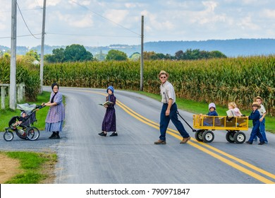 AMISH PENNSYLVANIA, USA - SEPTEMBER 16, 2017: Family with many children in Amish Country in Pennsylvania, USA