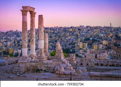 Ammán, Jordania, sus ruinas romanas en medio del antiguo parque de la ciudadela en el centro de la ciudad. Atardecer en Skyline de Ammán y el casco antiguo de la ciudad con bonitas vistas a la capital histórica de Jordania.