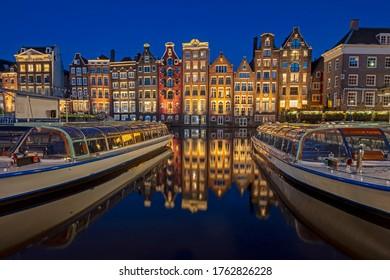 Amsterdam hat nächtliche Häuser am Damrak in den Niederlanden