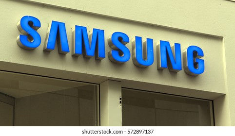 Amsterdam, Netherlands-februari 6, 2017: letters samsung on a shop in Amsterdam