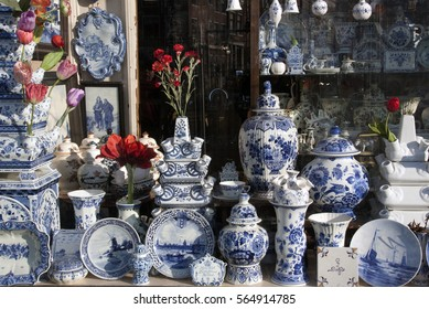 Amsterdam, Netherlands-januari 22, 2017: Shop with Delft Pottery in amsterdam