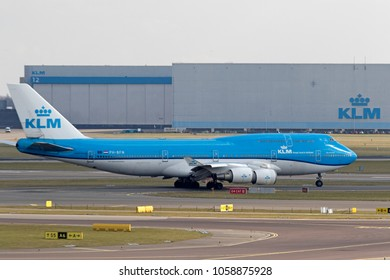 AMSTERDAM SCHIPHOL, THE NETHERLANDS – MAART 14 , 2018 : Leaving boeing 747 in the new delivery colors of the klm with a klm hangar in the backgroundon maart 14,2018 in Amsterdam , Holland