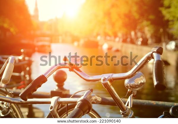 Aussicht auf Amsterdam mit Fahrrädern unter Sonnenlicht