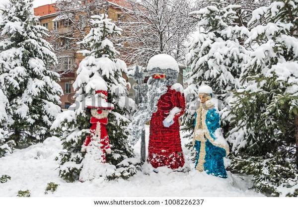 amusing-christmas-street-sculptures-made