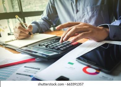 Analyse der Finanzdaten und Zählung auf dem Rechner. Wirtschaft und Finanzen.