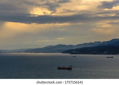 verankerte Schiffe auf der Meeresbucht bei Sonnenuntergang