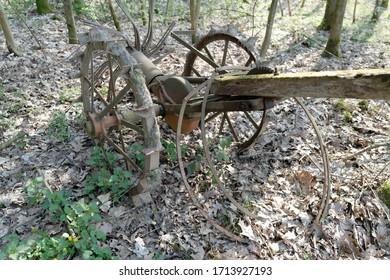 alte landwirtschaftliche Maschinen im Wald
