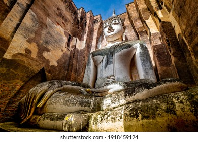 Ancient buddha statue Wat Si Chum (temple) in Sukhothai historical park Sukhothai, Thailand.