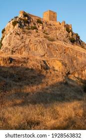 antiguo castillo en una montaña en un pueblo del sur de Andalucía España