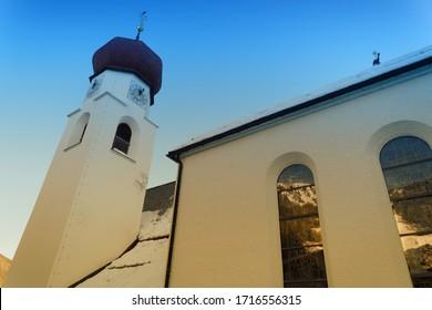 alte katholische Kirche im österreichischen Dorf Saint Anton