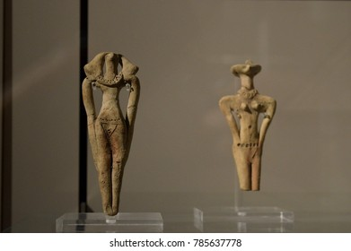 Ancient figurines of silhouettes of people