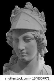 Antike griechische Göttin Athena Pallas Statue einzeln auf Schwarz. Marmor Frau Kopf in Helmskulptur.