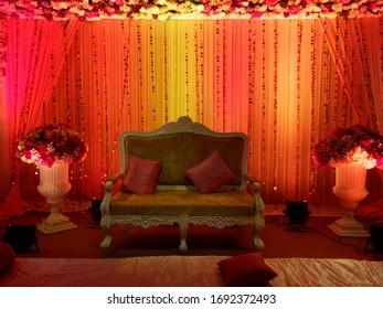 alte indianische Möbel auf rotem Licht