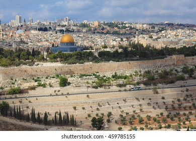 """Ancient Jerusalem and the Dome of the Rock """"Kubbat Masjid al-Sahra"""". The ancient Jewish cemetery on the Mount of Olives"""