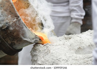 ancient metal cast process for buddha statue ,pouring liquid metal into mold