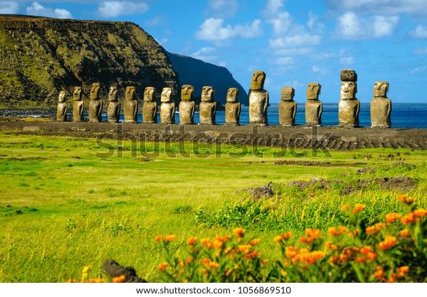 El antiguo moai de Ahu Togariki, en la Isla de Pascua, a unos 4.000 kilómetros de la costa de Chile.