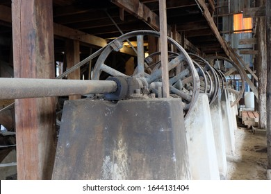Ancient rice mill machinery, ancient teak, technology and local wisdom that is currently out of use.