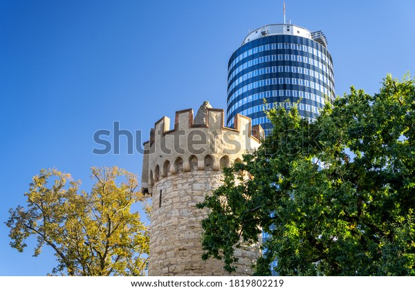 Alter Turm und moderner Turm in Jena