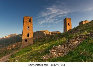 Antiguas torres y ruinas de la abandonada aldea de Goor.