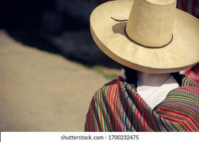 Mujer andina con sombrero y manto