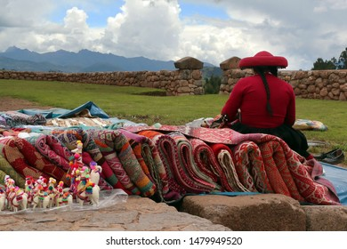 Andean women selling Peruvian handicrafts in Chinchero, Perú