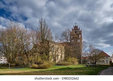 """Angermuende Pfarrkirche """"St. Marien"""" mit denkmalgeschmücktem ehemaligen Schulhaus im Abendlicht (Blick aus dem Nordwesten)"""