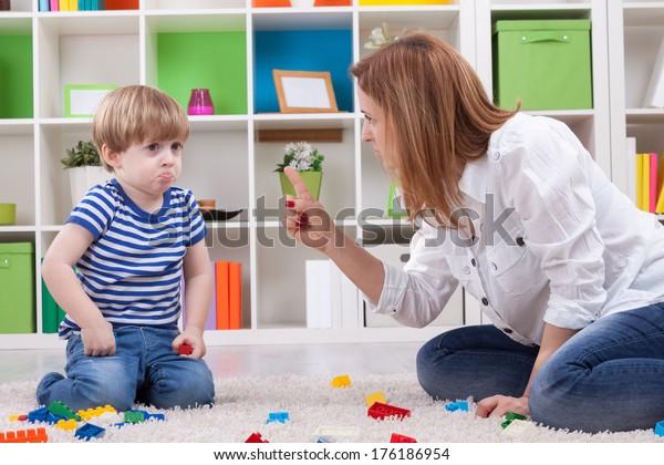 Mère en colère réprimandant un enfant désobéissant