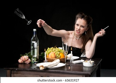 Angry woman throwing her glass in a restraunt.