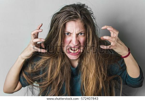 Mujer furiosa gritando, mujer caucásica con el pelo largo gritando de rabia