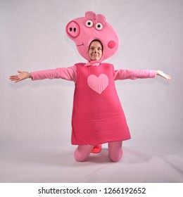Animator in peppa pig costume in the Studio in Moscow December 14, 2018