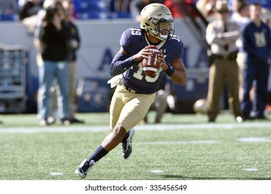 ANNAPOLIS, MD - OCTOBER 31:Navy Midshipmen quarterback Keenan Reynolds (19) rolls out looking to pass during the AAC game October 31, 2015 in Annapolis, MD.