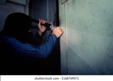 Anonymous robbers are using. The passkey to unlock the door to the house came stealing precious items at night.