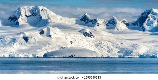 Antarktische Berge und Meer. Südpol
